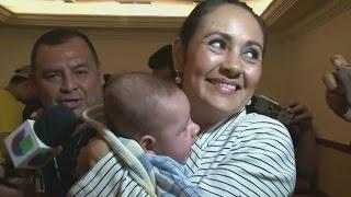بالفيديو.. لم شمل أسرة استبدل طفلها بعد الولادة في السلفادور