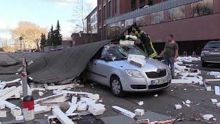 فيديو: نجاة سائق من حطام مبنى سقط على سيارته بسبب عاصفة في ألمانيا…