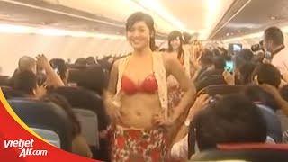 Tiếp viên Vietjet múa bikini rực lửa trên máy bay