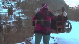بالفيديو| عجوز يتغلب على الجبال بطريقة نقل بدائية
