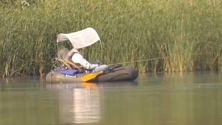 Рыбалка на поплавок Ловля плотвы летом Рыбалка с лодки на маховую удочку