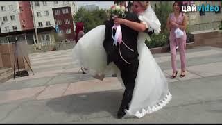 Жених с трудом  поднял невесту  со второй попытки))