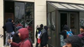 شاهد: اقتحام وتحطيم مقهى ستاربكس بباريس خلال احتجاجات السترات الصفراء…