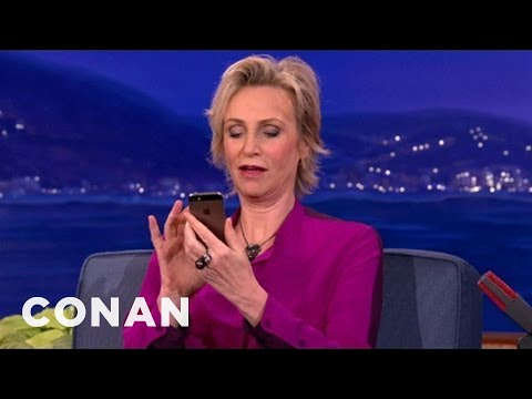 Jane Lynch's Love/Hate Relationship With Siri