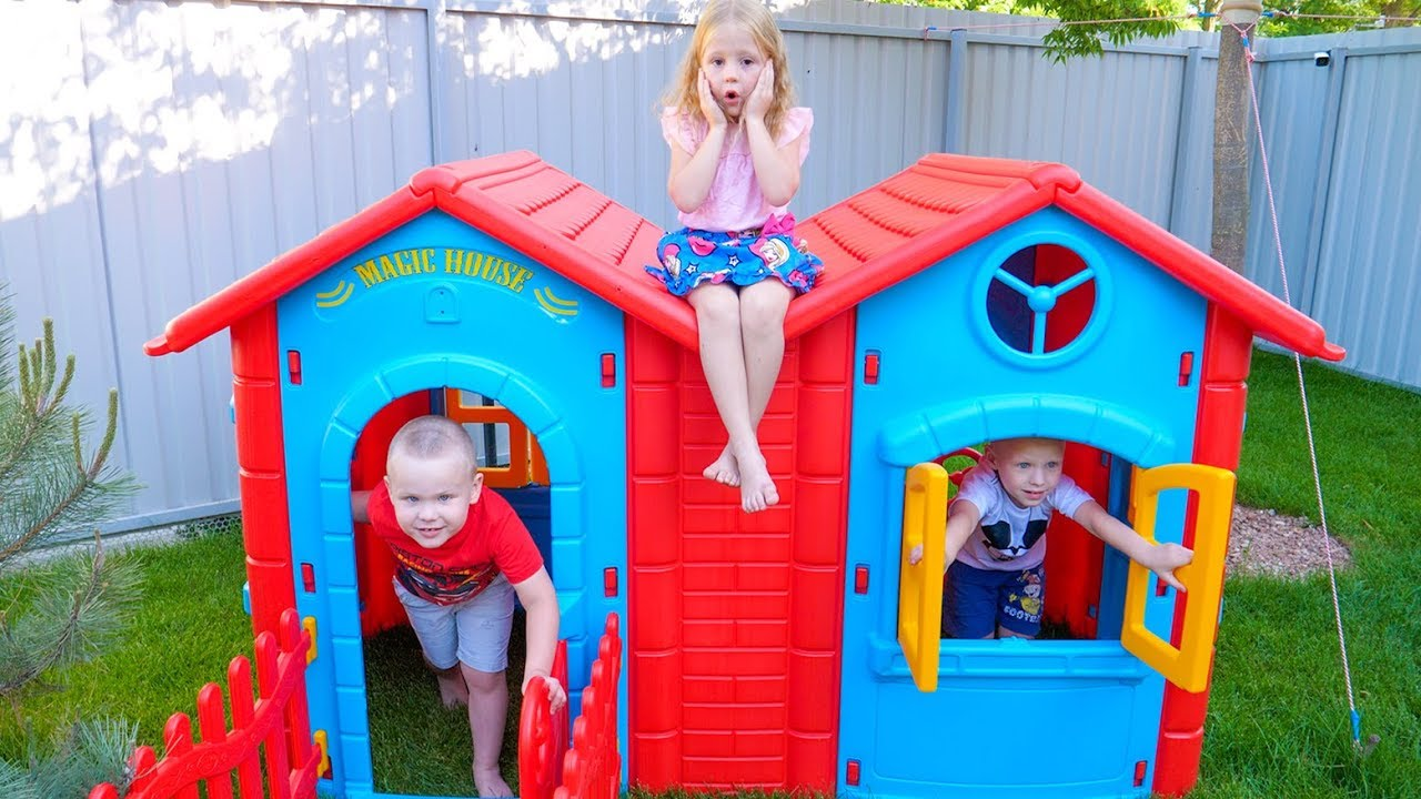 يتظاهر Nastya وطفلين مدللين باللعب بالألعاب