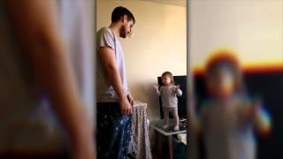 Anderthalbjährige Lola schimpft mit ihrem Papa