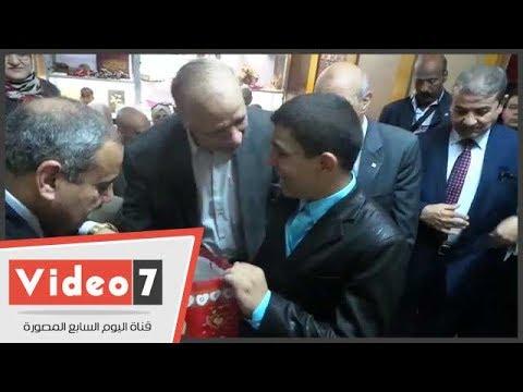 .محافظ القاهرة يوزع 50 هدية على الأطفال ذوى الاحتياجات الخاصة بدار السندس  - 14:21-2017 / 6 / 25