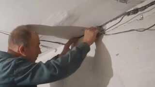 Укладка провода в бетонную стену под плитку(В видео показано как быстро заштробить и уложить кабель в бетонную стену,под керамическую плитку,и при..., 2013-09-09T20:55:00.000Z)