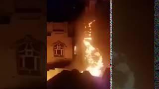 شاهد: مشرف حوثي يتسبب باندلاع حريق هائل بحي السنينة بصنعاء