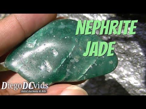 Nephrite jade gemstone - Ca2(Mg,Fe2+) 5[OHlSi4O11]2 - Jade