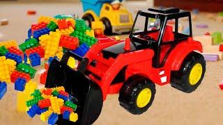 Веселый Малыш играет с Трактором и другими игрушками. Видео для детей