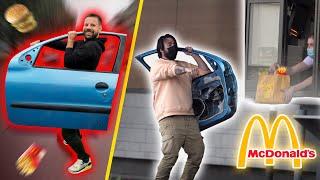 Aller au McDrive avec juste une portière de voiture - Défis Prank - Les Inachevés