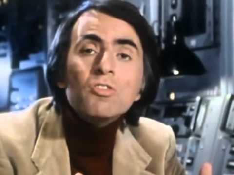 Carl Sagan explicando a equação de Frank Drake. (Cosmos)