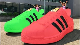 The Kids learn colors with Giant Shoes