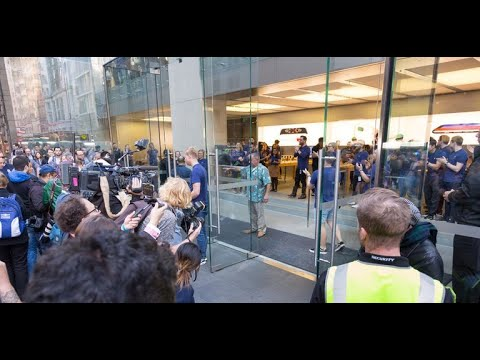 Apple opens its doors in Australia for first iPhone 8 sales