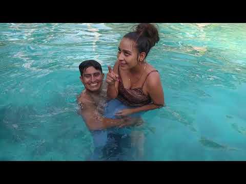 😂 Se tiraron los bichos con todo y ropa a la piscina 🏊♂️ Tinano le enseña a nadar a la Xiomara