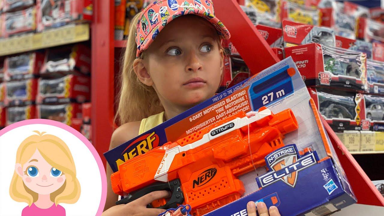 МАГАЗИН ИГРУШЕК - Маленькая Вера влог - выбираем и покупаем игрушки