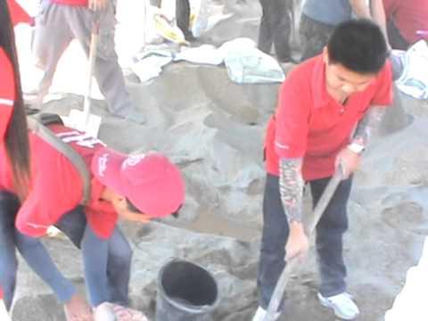 พนักงานบริษัท นิ่มซี่เส็ง ลิซซิ่ง จำกัด ฝ่ายกิจการลำปาง ช่วยทำฝายชลอน้ำชุมชนต้นแบบ