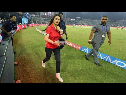 IPL 2018 : Preity Zinta abused Sanjay Bangar in front of players and staff |वनइंडिया हिन्दी thumbnail