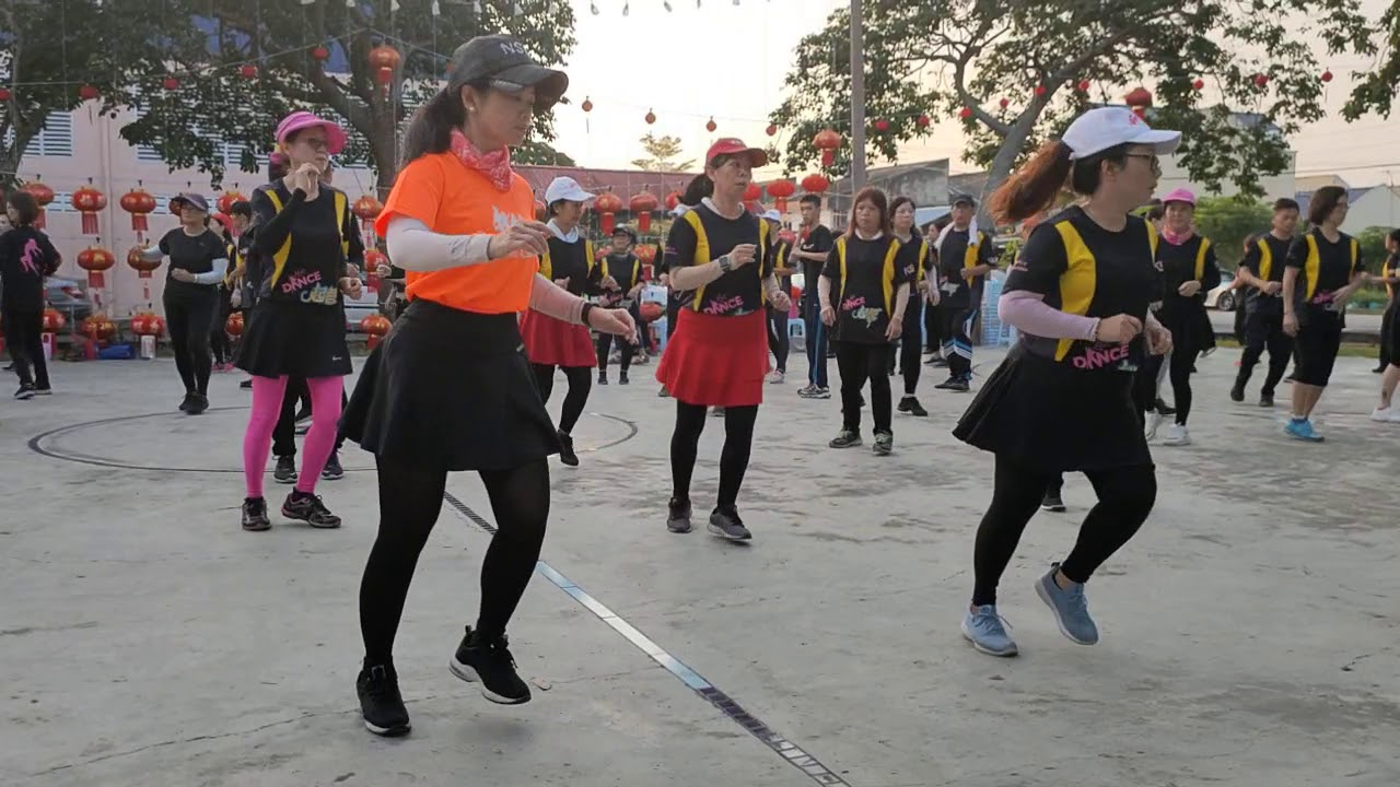 介紹馬來西亞鄉鎮今天早晨獨特的排舞早操文化 - YouTube