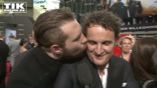 Terminator-Premiere: Jai Courtney kissing Jason Clarke