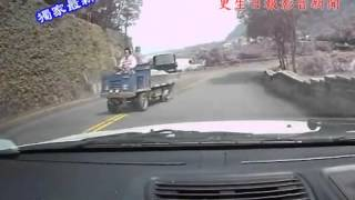 Repeat youtube video Bus rolls off cliff  -  accident in Taiwan