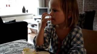 jongens met onderbroekenlol, maar tamar eet onverstoorbaar haar taartje op!