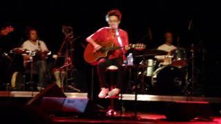 Maria Gadu cantando Trem das Onze