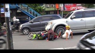 Repeat youtube video Grogi Melihat Polisi, Ibu ini Malah Tertabrak Mobil - 86