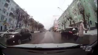 В Рязани едва не сбили девушку на пешеходном переходе