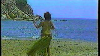 Gina Montes bailando una musica Hawaiiana