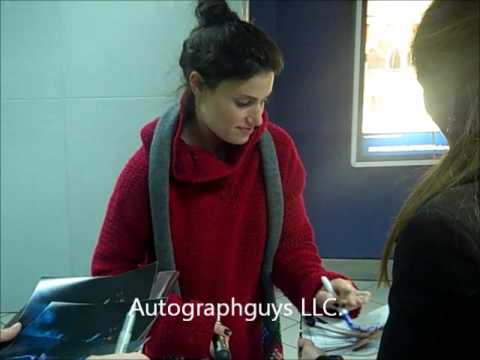 IDINA MENZEL OF WICKED AND RENT SIGNING AUTOGRAPHS AT LAMBERT AIRPORT IN ST. LOUIS, MO