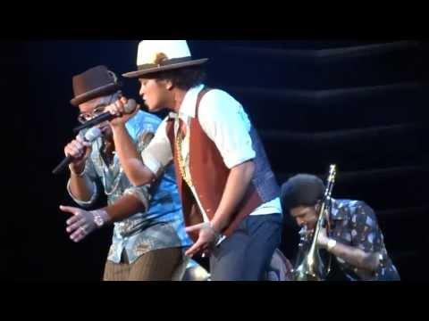 Bruno Mars - If I knew/ Runaway Baby - Moonshine Jungle Tour Stuttgart [HD]