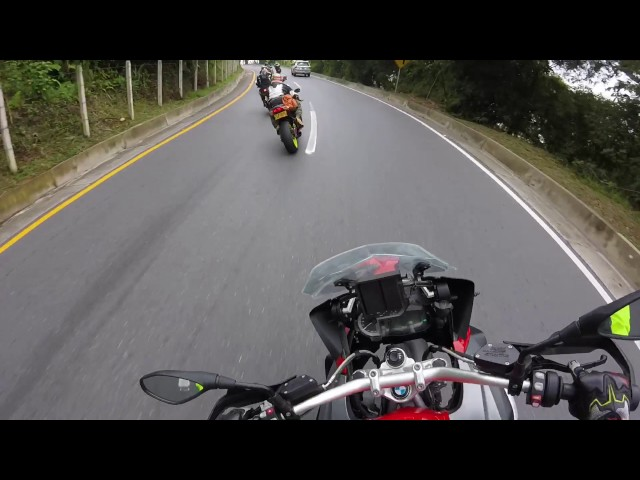 BMW R1200GS persiguiendo Super Bike