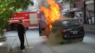 incendio de un auto y bomberos