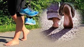 Sensibles descalzos pies caminando