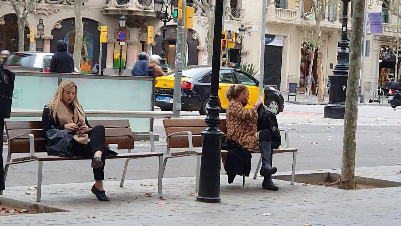 2 блондинки,? 2 скамейки?. Испания СЕГОДНЯ .Уличная мода 2020 2021.
