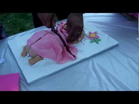 On coupe le gâteau bébé  cutting the baby cake