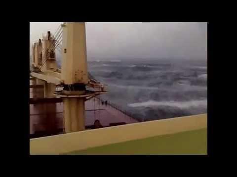 видео: Огромный шторм и русские на корабле
