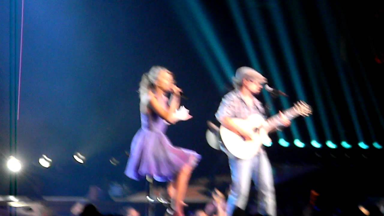 """I'm Yours"" - Taylor Swift & Jason Mraz - Staples Center - Los Angeles - 08/24/11"