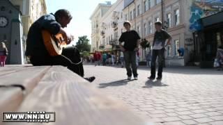 Человек поет песню Виктора Цоя в честь дня рождения