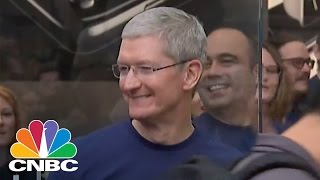 (0.02 MB) Tim Cook Opens Apple Store In Palo Alto | CNBC Mp3