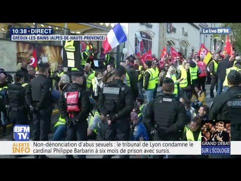 Un comité d'accueil de gilets jaunes attend Emmanuel Macron à Gréoux-les-Bains avant son grand débat