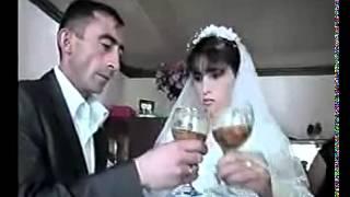 Жених и невеста учатся пить на брудершафт