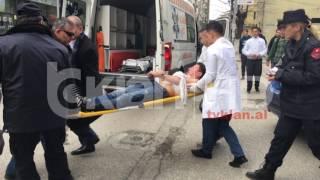 Repeat youtube video Plagoset me thikë nxënësi në shkollë