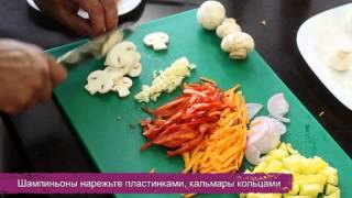 Кальмары и креветки с ананасом и овощами