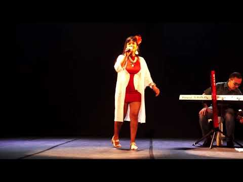 Cantora Vilma Luz  canta Palpite, acompanhada pelos músicos Laure Vieirae Del Soaresno Teatro  Municipal de Ilhéus, assista