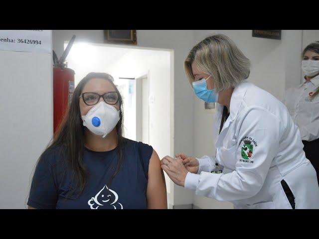 Primeira vacinação contra a covid-19 é aplicada em Rio Negro