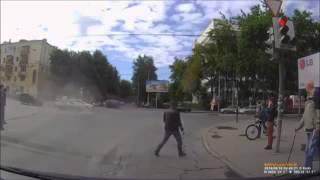 ДТП, машина перевернулась после столкновения(Видео с авариями http://bestcrash.ru Автомобиль лада проехал на красный сигнал светофора и врезался в форд, в резуль..., 2015-04-01T11:37:35.000Z)