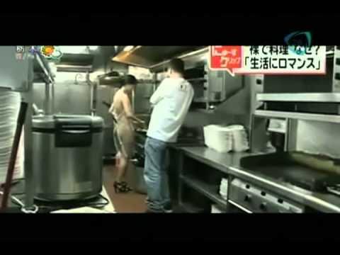 La sobremesa joven de 26 a os cocina desnuda en un for Programas de cocina de tve